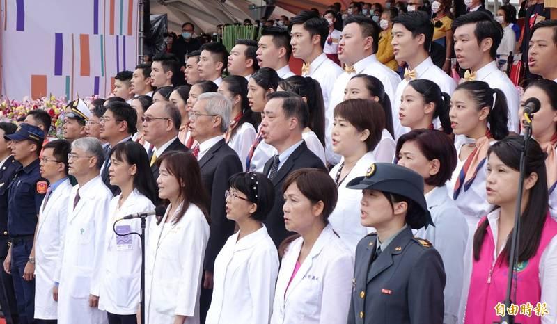 國慶大會安排防疫有功代表領唱國歌。(記者方賓照攝)