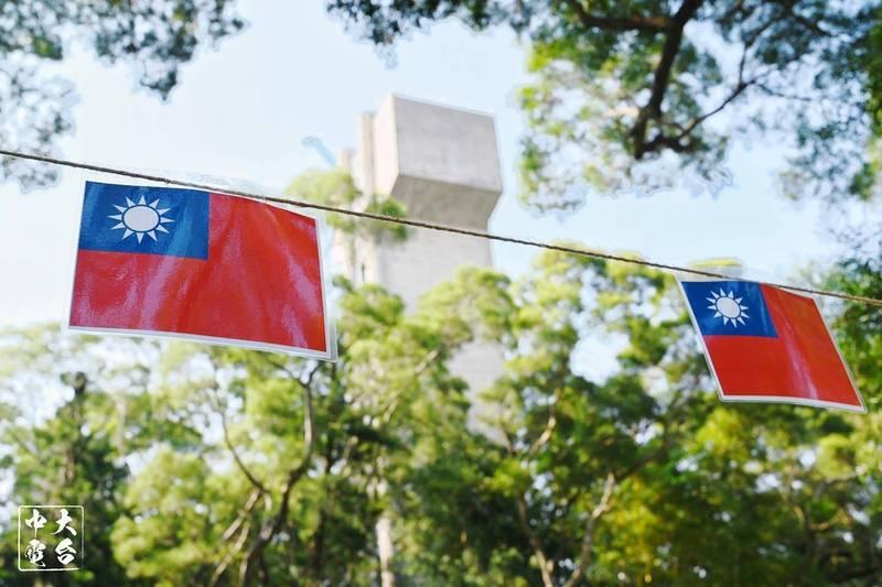 今天是我國「雙十」國慶日,香港中文大學的新亞書院也有學生掛起紀念校慶的青天白日紅旗幟,校方多數不會即日移除,而會保留數天。(圖擷取自《中大校園電台》臉書)
