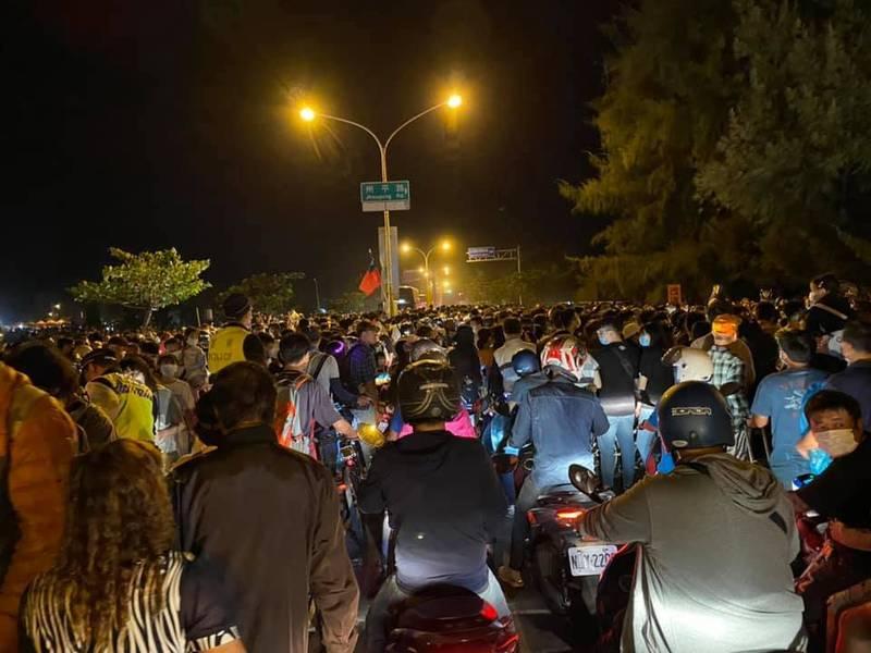 有網友目擊安平往市區的道路,幾乎全部被散場人潮擠爆,密集的車潮一路綿延數公里。(圖擷取自黃偉哲臉書)