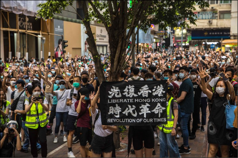 反制港版國安法,今年七月一日港人上街大遊行。(法新社)