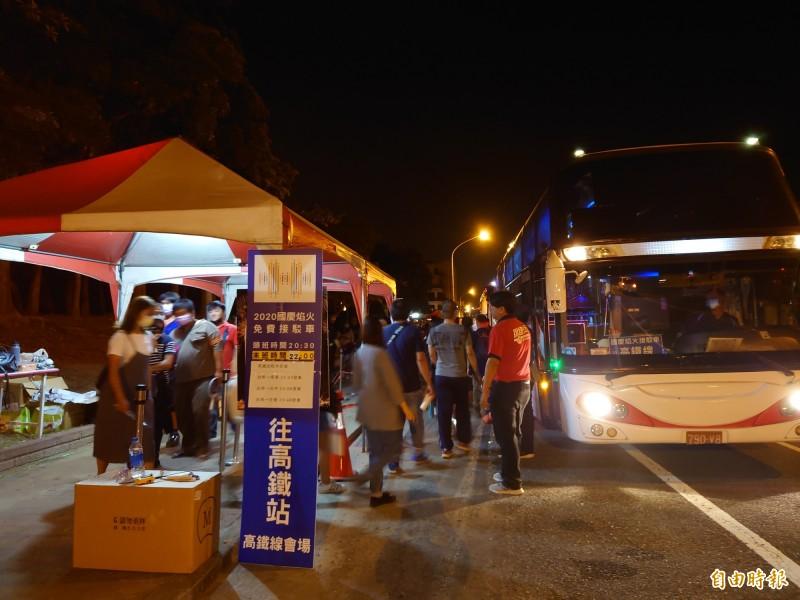 國慶煙火接駁車終於今天凌晨疏運完畢。(記者洪瑞琴攝)