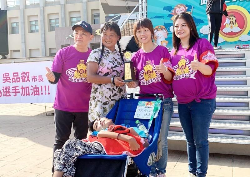 朴子市長吳品叡(右2)等頒贈永不放棄獎給腦麻路跑勇士「小比」。(記者林宜樟翻攝)