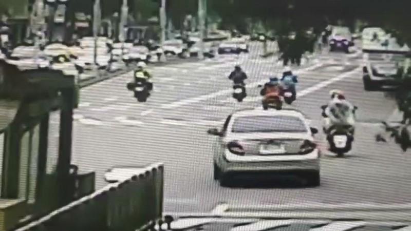 王男(左二騎機車)闖入公車專用道,被巡邏經過的員警(左一騎機車)目睹攔下。(記者姚岳宏翻攝)