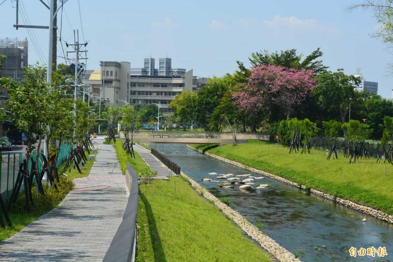 旱溪「大康橋計畫」鷺村到日新橋河段整治完工,美麗的親水河岸和步道讓民眾稱讚多了一處休憩景點。(記者陳建志攝)