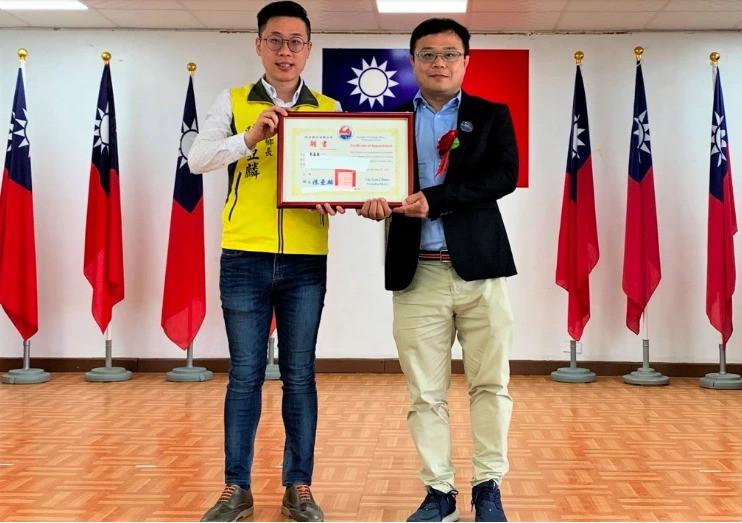 陳亞麟(左)頒贈證書給鄉政顧問李孟居(右)。(記者陳彥廷翻攝)