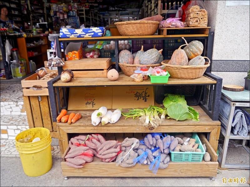 阿嬌姨的店也讓農民寄賣農產品。(記者張軒哲攝)