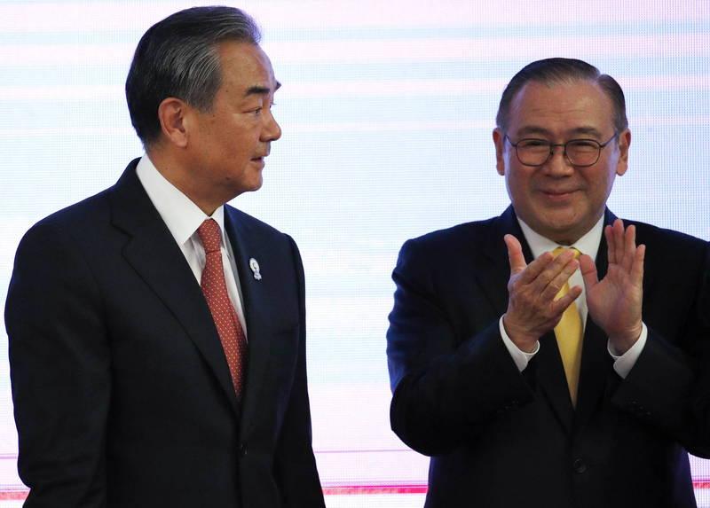 菲律賓外交部長洛欽(圖右)與中國外交部長王毅(圖左)在中國雲南騰衝會談。圖為2019年資料照。(歐新社)