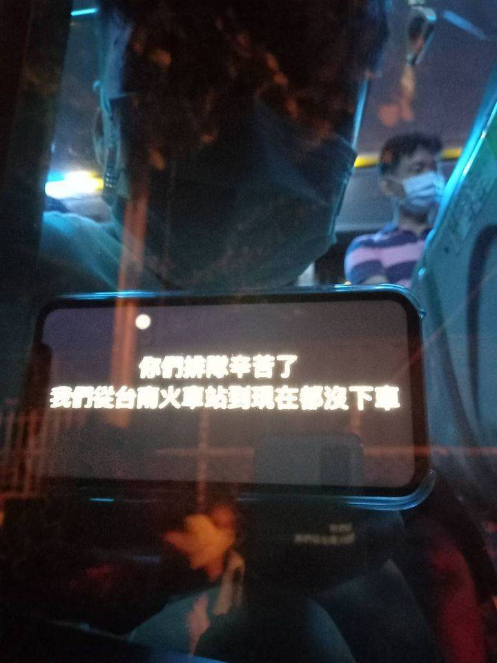 有民眾便在臉書PO文表示,自己從台南火車站搭接駁前往現場,沒想到就這樣直接在車上坐了3.5小時,不僅煙火是在車上看的,司機到點後更是將他們直接原車載回。(圖擷自爆廢公社)