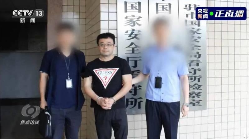中國官媒今天釋出屏東商人李孟居被逮捕畫面,稱他從事間諜活動。(圖取自中國央視)