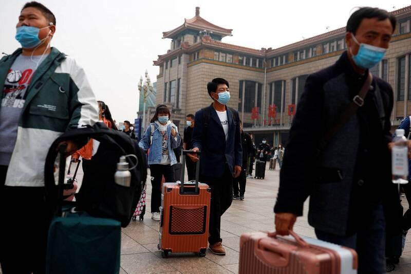 中國山東省青島市10日宣布新增3例武漢肺炎無症狀感染者,都與當地一間收治境外移入確診者的胸科醫院有關。圖為9日中國北京火車站前人潮。(路透)