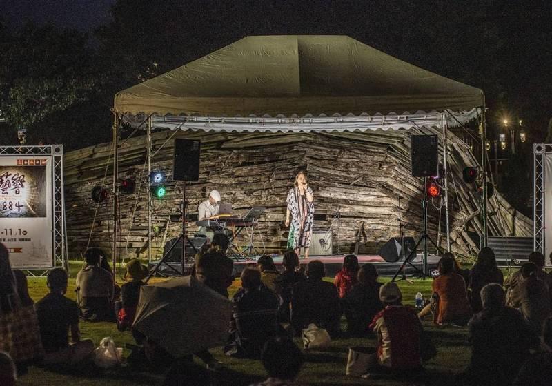 海關碼頭由創作團體靛藍小孩Indigo Soul Children,演出華語音樂少見的Fusion Jazz結合R&B曲風,將活動帶向一波高潮。(淡水古蹟博物館提供)