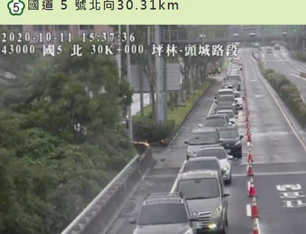 國慶3天連假最後1天,國道5號北上車道目前湧現大量車潮塞爆。(圖擷自高公局即時路況)