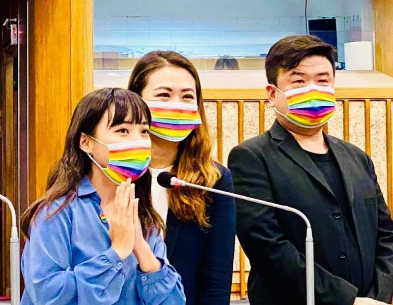 高市議員黃捷(左起)、高閔琳、簡煥宗,上周帶著彩虹口罩聯合質詢,要求高雄市長陳其邁設置彩虹地景。(記者王榮祥翻攝)