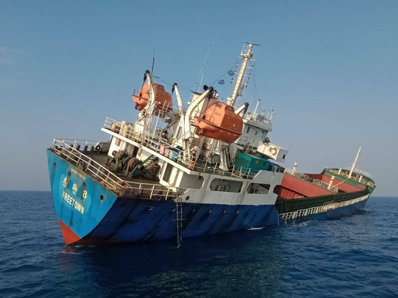 1艘2600噸外籍貨輪12日擱淺在旗津風車公園沙灘外約600公尺處。(記者洪定宏翻攝)
