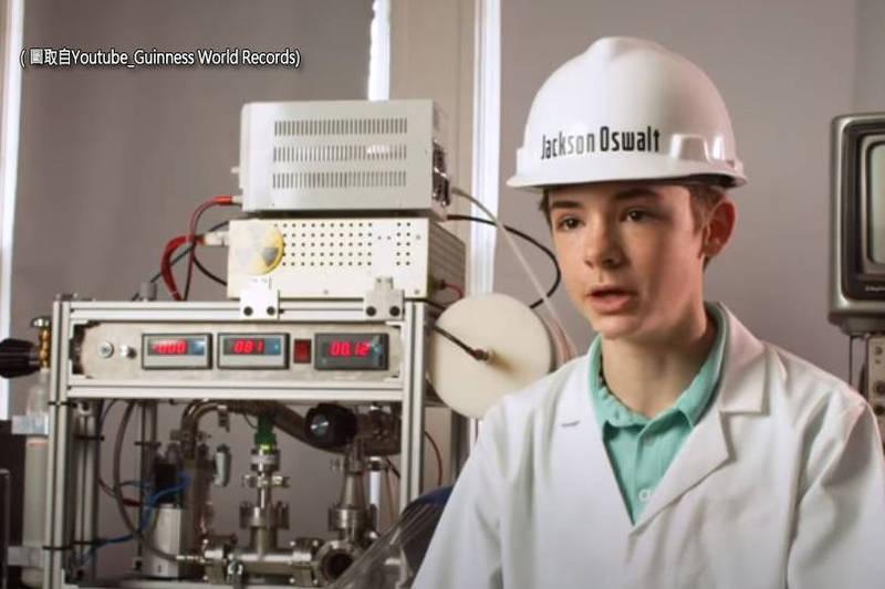 美國現年15歲的少年奧斯瓦爾特(見圖)打破金氏世界紀錄,他在12歲的時候成功在房間內用「氘原子」實現核融合。(圖取自Youtube_Guinness World Records)