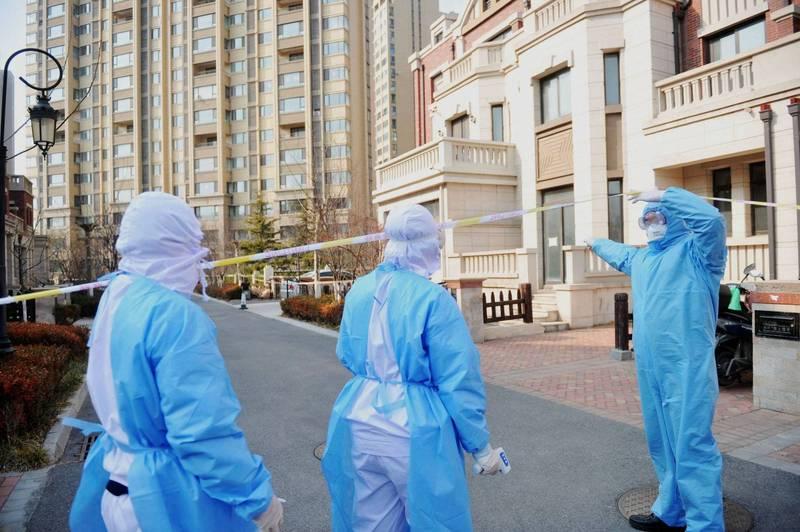 中國青島傳出多起武漢肺炎(新型冠狀病毒病,COVID-19)病例,當局決定展開全市普篩,預計5天內檢驗完900萬市民。青島防疫人員示意圖。(歐新社)