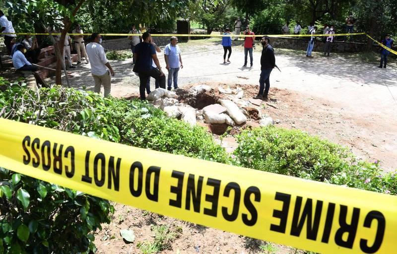 印度近日發生一起駭人聽聞的殘忍命案,一名40歲男子由於懷疑老婆外遇,將老婆頭顱直接砍下,自行步行約2公里到警局自首。印度警察封鎖線示意圖。(歐新社)