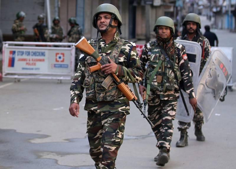 印度國防安全部隊的55歲士兵辛格,10日晚間因爭奪事務權力與45歲低階指揮官西卡拉(Ashok Shikara)爆發激烈口角,一氣之下竟朝對方連開5槍,當場「爆頭」將西卡拉給擊斃。圖為印度軍隊在街上巡邏。(路透)