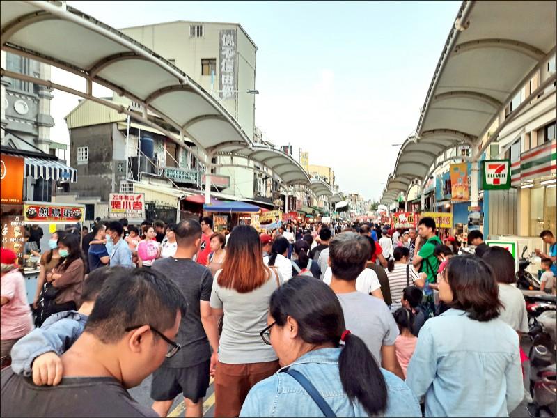 旗津最潮黑沙玩藝節連假期間吸引爆滿遊客,圖為旗津海產街熱絡場景。 (記者王榮祥翻攝)