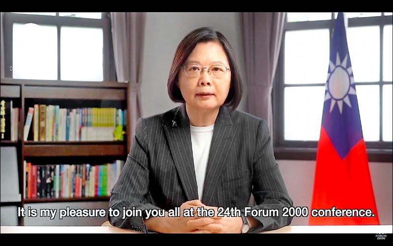 總統蔡英文昨在國際會議「公元兩千論壇」發表視訊演說,是台灣現任總統首次參與。(翻攝自公元兩千論壇直播)