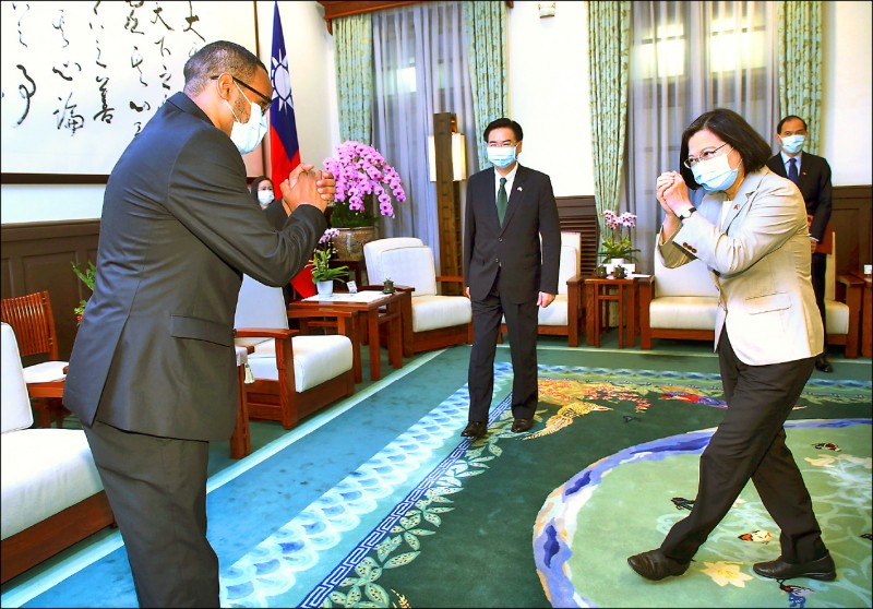 總統蔡英文(前右)昨由外交部長吳釗燮(中)陪同,在總統府接見索馬利蘭駐台代表穆姆德(前左)。(中央社)