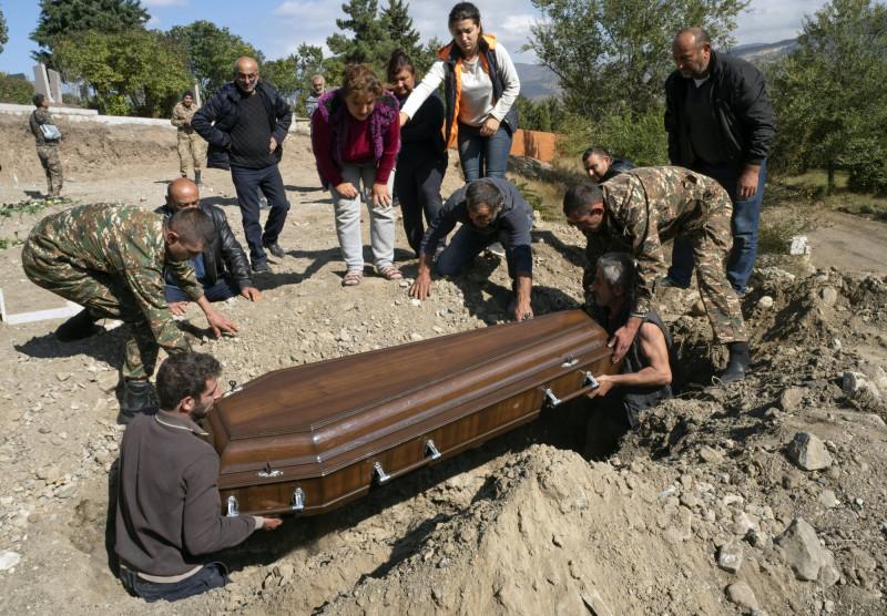 兩國衝突爆發至今,至少已造成500人死亡,其中逾60人為平民,更有逾7萬人因戰火流離失所。(美聯社)