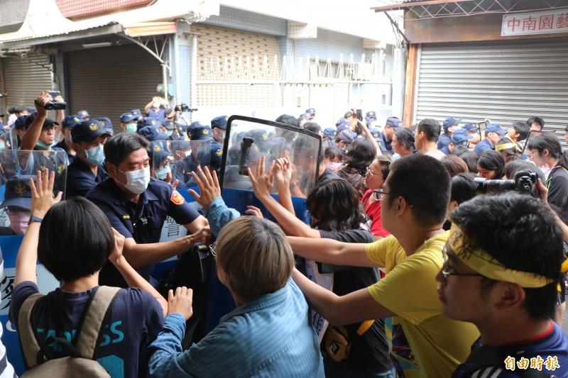 反南鐵東移案黃家現場爆發衝突。(記者萬于甄攝)