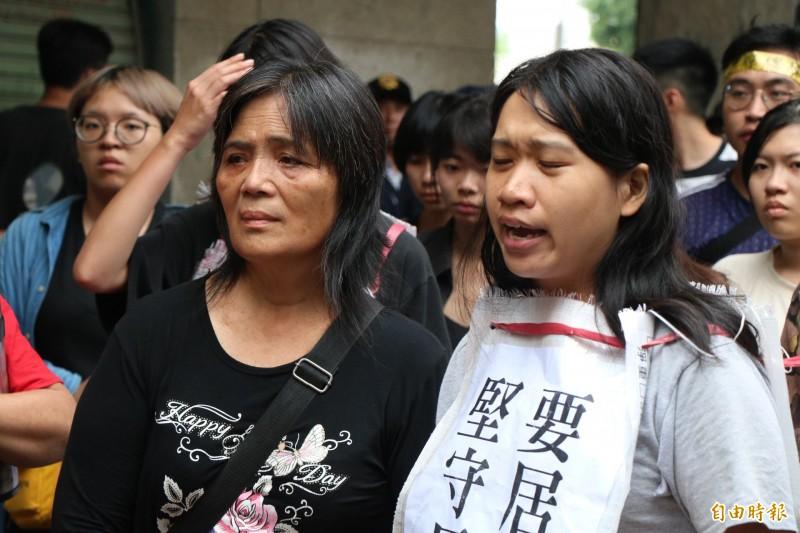 黃春香(左)與自救會在現場表達訴求。(記者萬于甄攝)