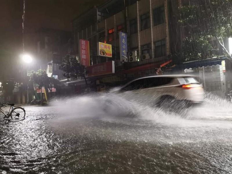宜蘭縣昨晚被雨彈狂炸,宜蘭市復興路路面積水,車輛經過時水花四濺。(圖擷取自宜蘭知識+)