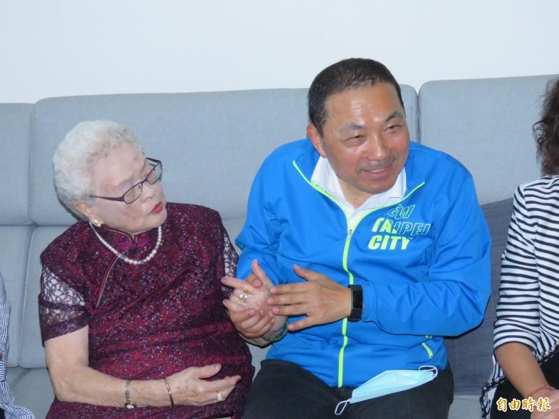 新北市長侯友宜(右)今天早上至蘆洲重關懷102歲人瑞張珠(左)。(記者陳心瑜攝)