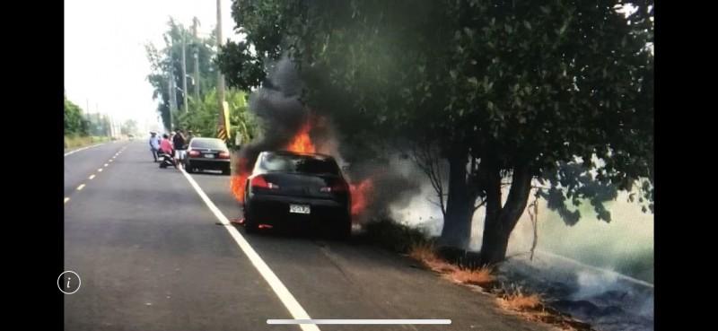 肇事汽車拖著機車逃逸2公里起火燃燒。(記者蔡宗勳翻攝)