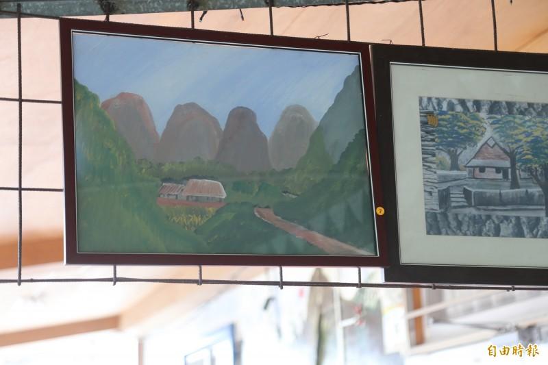 盧啟村把自家永久屋變成畫廊,牆面上總能看見他對家鄉的思念與文化根源的追尋。(記者邱芷柔攝)