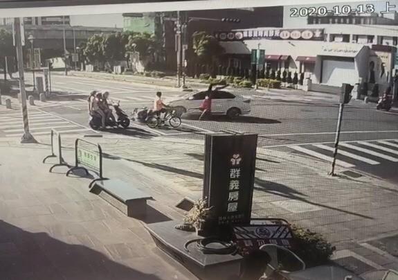騎士被撞騰空飛起。(民眾提供)