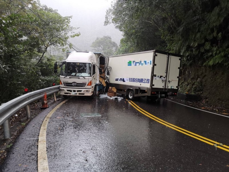 新北市北宜公路51.3K發生車禍,2貨車相撞。(記者陳薏云翻攝)