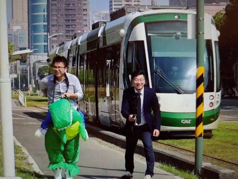 台灣基進高雄黨部舉辦跟輕軌賽跑比賽,證明輕軌比人快。(記者王榮祥翻攝)