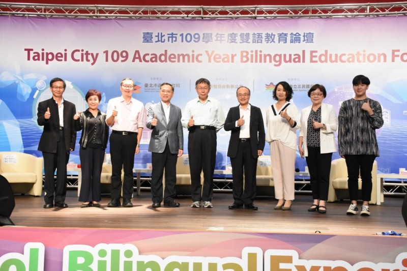 台北市長柯文哲(中)表示,台北要成為國際化城市,一定要注重雙語教育。(北市教育局提供)