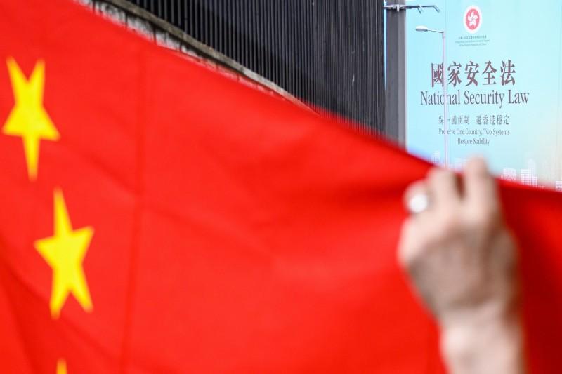 香港街頭的中國五星旗與宣傳香港國安法的看板。(法新社檔案照)
