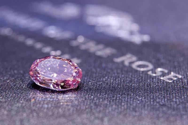 「超稀有」紫粉色巨鑽下個月將在瑞士拍賣,估計價格可望飆至3800萬美元,約新台幣11億元。(路透)