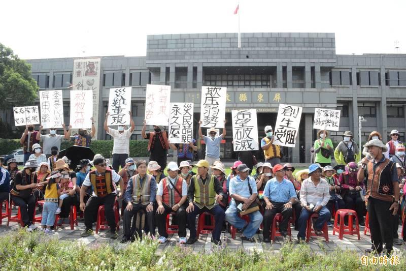 屏東縣禮納里部落約50名族人,赴屏東縣政府前抗議強拆永久屋違建。(記者邱芷柔攝)