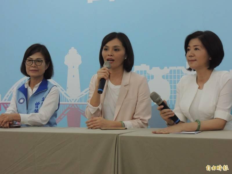 國民黨高市議員李眉蓁(中)碩士學位確定被撤銷。(記者王榮祥攝)