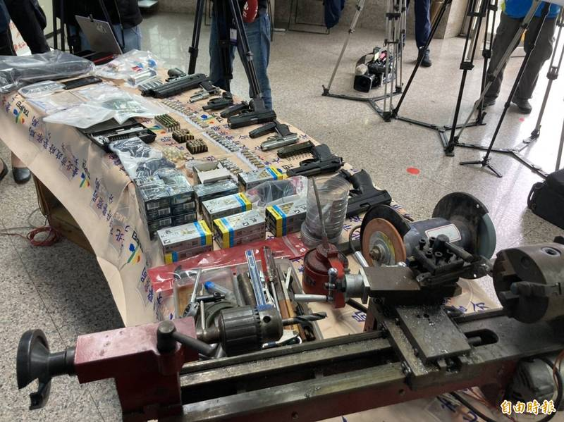 警方搜出大批改造槍及毒品。(記者姚岳宏攝)