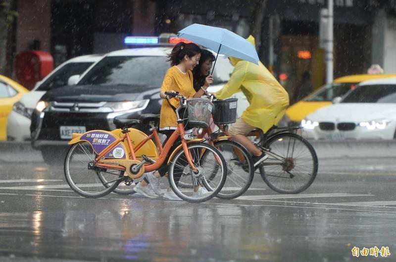 中央氣象局在今(13)日下午4點05分,針對北北基宜4縣市發布豪、大雨特報,提醒民眾外出要攜帶雨具。(資料照)