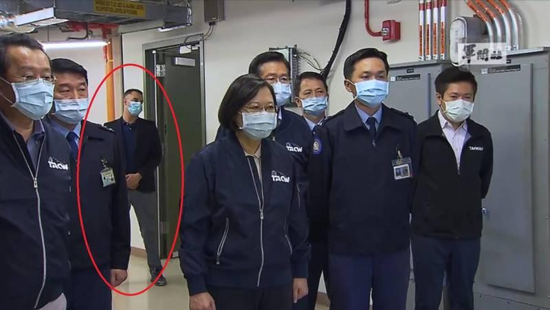 蔡英文總統視察樂山雷達站時,影片拍到一名未穿著軍裝的男性,身上沒有識別證,疑似為美方顧問。(擷取自總統府影片)
