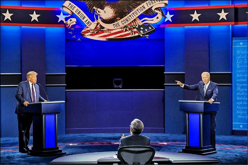 拜登(右)與爭取連任的總統川普(左),九月二十九日於首場總統候選人辯論會上激烈交鋒。 (法新社檔案照)