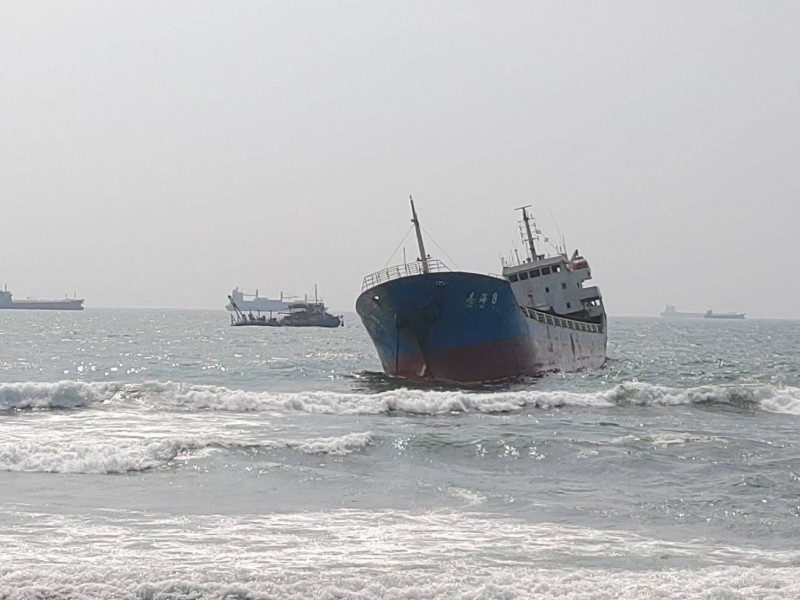 擱淺旗津海域的志海8號。(記者洪定宏翻攝)