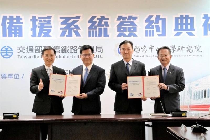 交通部長林佳龍(左二)出席台鐵限速備援系統簽約時,接受媒體訪問。(圖:台鐵局提供)