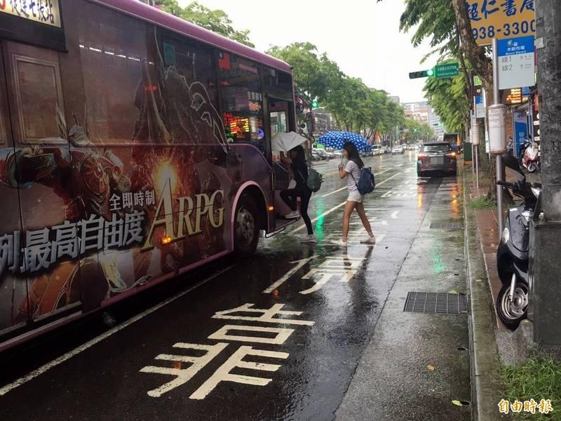 台北市勞動局今日召開記者會公布公車專案勞檢結果,12家業者全違規,裁罰金額預估高達985萬元,創下歷