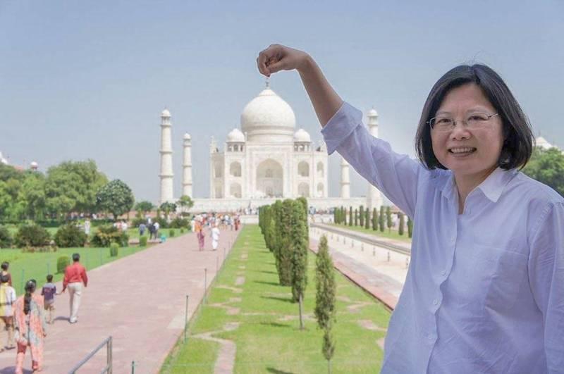 蔡英文昨日特地在推特以印度梵文「Namaste」,向印度網友們打招呼,蔡英文並PO出4張過去造訪印度泰姬瑪哈陵的照片,感謝印度網友的親切問候與關注,這讓她想起了曾在印度度過的美好時光。(擷取自蔡英文推特)