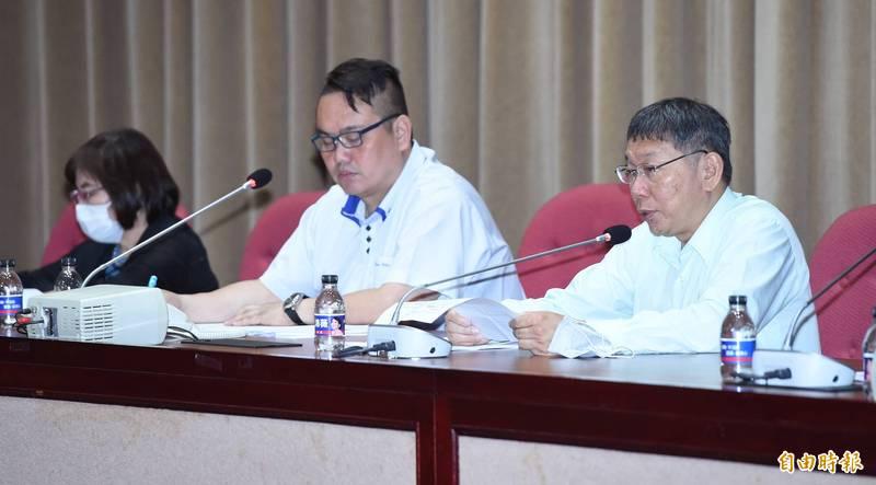台北市長柯文哲(右)14日多位局處首長赴市議會國民黨團報告優先議案。(記者廖振輝攝)