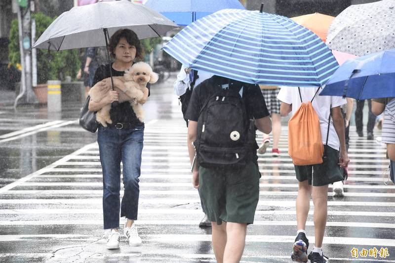 氣象局表示,今天白天之後東北風影響,北部、東半部仍有局部短暫雨。(資料照)